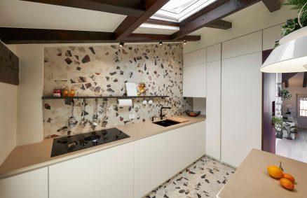 Κουζίνα με επικάλυψη κεραμικών εφέ cocci και λάμπα Eden από την Torremato